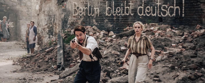 """Taylor Kitsch (l.) und Nina Hoss (r.) in """"Schatten der Mörder – Shadowplay"""" – Bild: ZDF/Stanislav Honzik"""