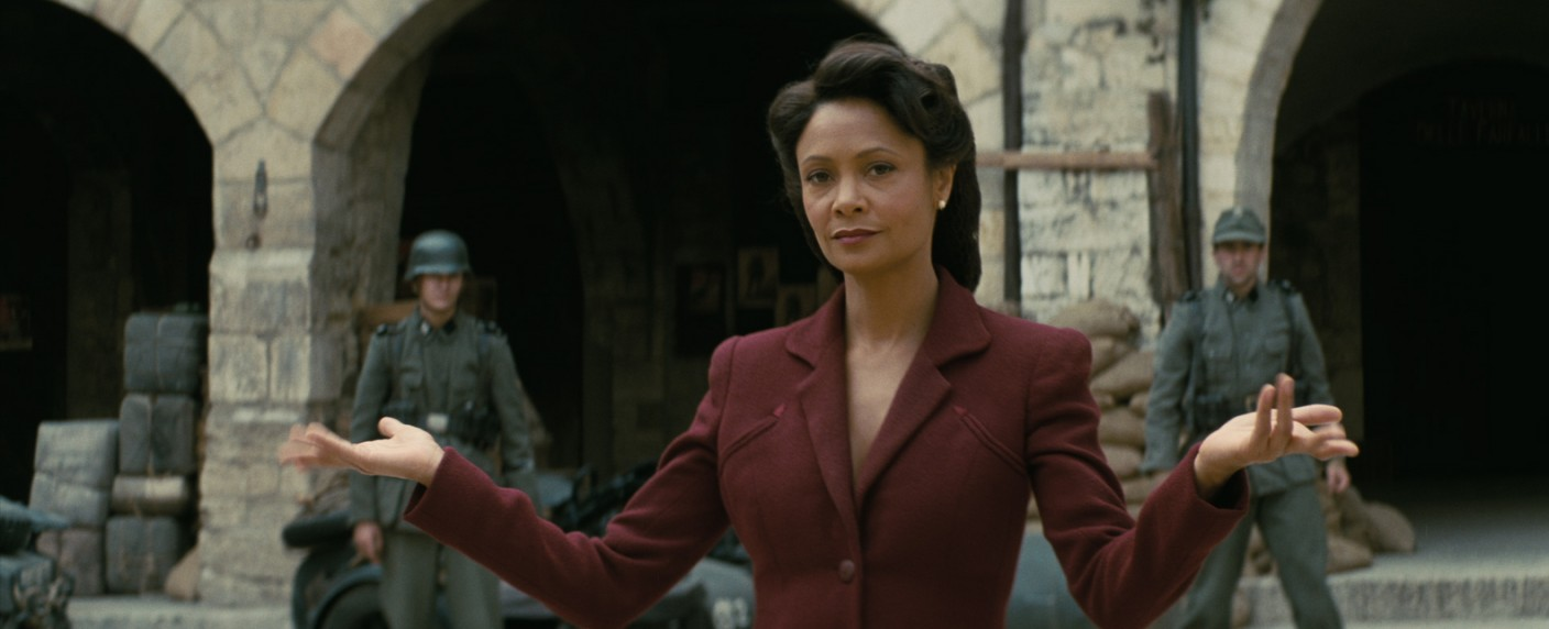 Thandie Newton als Maeve in der virtuellen Warworld – Bild: HBO