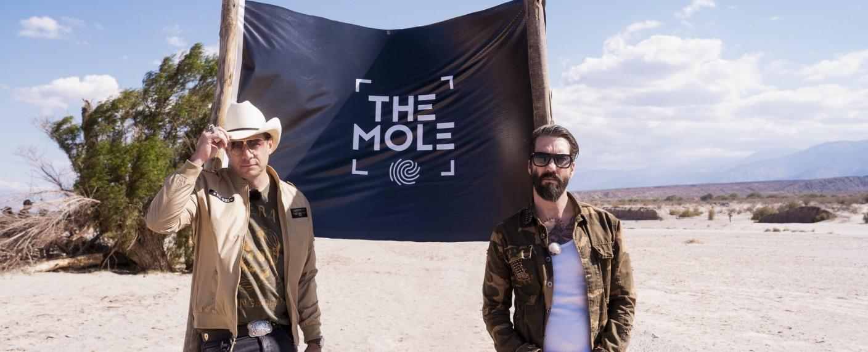 "The BossHoss alias Sascha Vollmer (l.) und Alec Völkel moderieren ""The Mole"" – Bild: Sat.1/Florentin Becker"