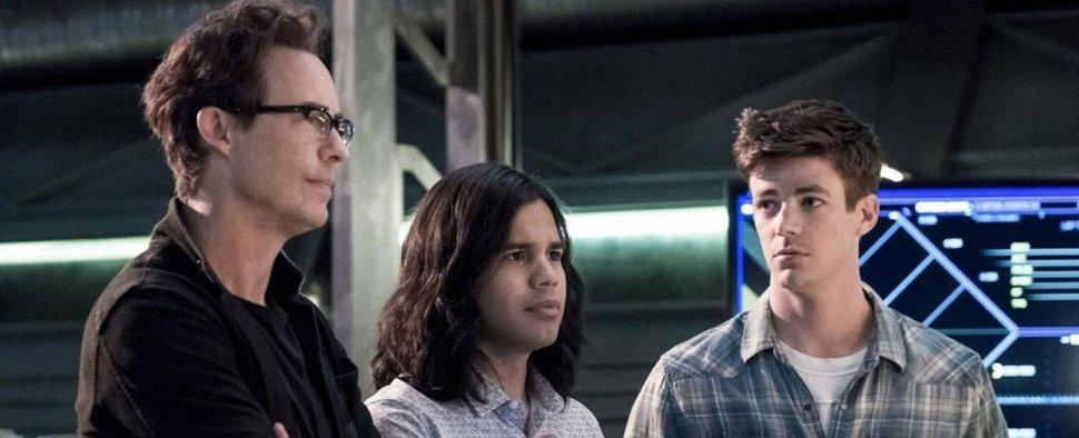 """""""The Flash"""": Dr. Harrison Wells (Dr. Harrison Wells; l.) mit Cisco Ramon (Carlos Valdes, M.) und Barry Allen (Grant Gustin, r.) – Bild: Warner Bros"""