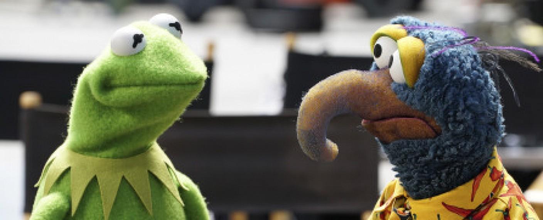 """Bereiten ihre neue Show vor: Kermit und Gonzo in """"The Muppets"""" – Bild: ABC Studios / The Muppets Studios"""
