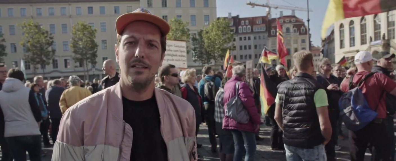 ProSieben-Reporter Thilo Mischke auf einer rechten Demo – Bild: ProSieben