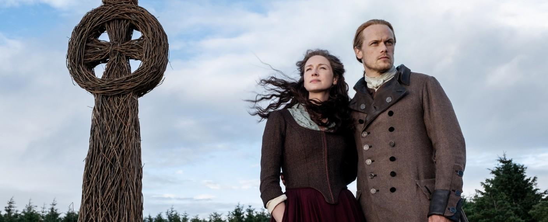 """Caitriona Balfe (Claire) und Sam Heughan (Jamie) in """"Das flammende Kreuz"""" – Bild: Starz"""
