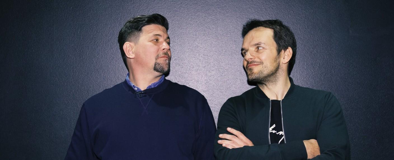 """Tim Mälzer (l.) und Steffen Henssler duellieren sich bei """"Kitchen Impossible"""" – Bild: TVNOW/Marc Schulz für Morris MacMatzen"""