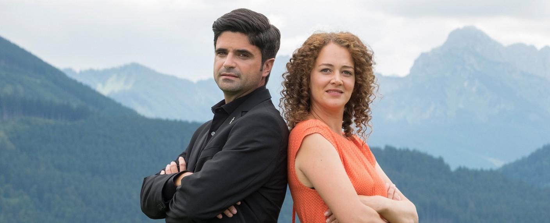 """""""Tonio & Julia"""": Pfarrer Tonio Niederegger (Maximilian Grill) und Familientherapeutin Julia Schindel (Oona Devi Liebich) – Bild: ZDF/Erika Hauri"""