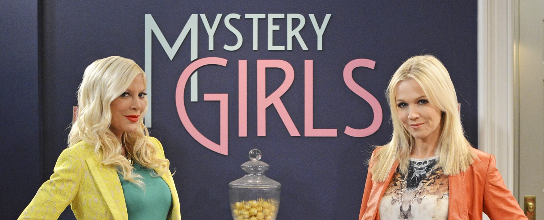 """Tori Spelling (l.) und Jennie Garth sind die """"Mystery Girls"""" – Bild: ABC Family"""