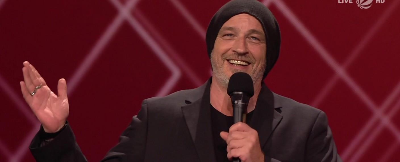 Torsten Sträter erhielt den Deutschen Comedypreis 2020 für sein TV-Soloprogramm – Bild: Sat.1/Screenshot