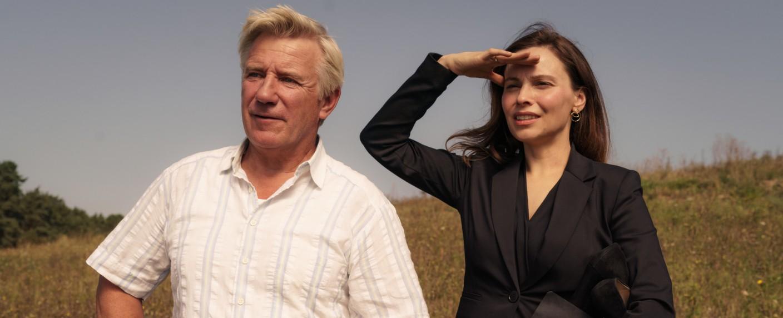 """""""Unterleuten"""": Arne Seidel (Jörg Schüttauf) zeigt Anne Pilz (Mina Tander) die für den Windpark in Frage kommenden Gebiete. – Bild: ZDF/Stefan Erhard"""