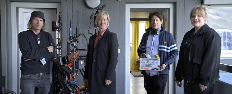 "v. l. n. r.: Philipp Kirsamer (Kamera), Anna Schudt (""Martina Bönisch"") Sebastian Ko (Regie), Stefanie Reinsperger (""Rosa Herzog"") – Bild: WDR/Bavaria Fiction GmbH/Bernd Spauke"