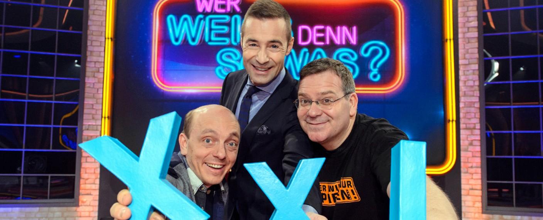 """""""Wer weiß denn sowas? XXL"""" mit Bernhard Hoëcker, Kai Pflaume und Elton (v. l.) – Bild: NDR/Morris Mac Matzen"""