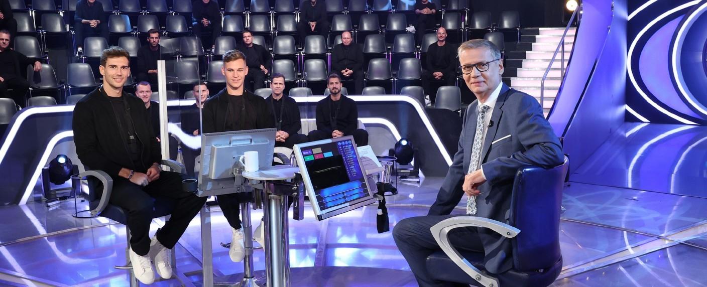 Leon Goretzka (l.) und Joshua Kimmich (2. v. l.) nehmen unter anderem bei Günther Jauch (r.) Platz – Bild: TVNOW/Frank Hempel