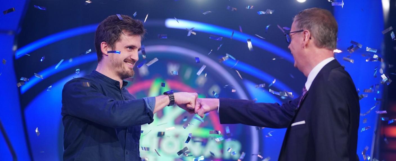 """Kandidat Ronald Tenholte (l.) war am 24. März 2020 der bislang letzte Millionen-Gewinner bei """"Wer wird Millionär?"""" – Bild: TVNOW/Stefan Gregorowius"""