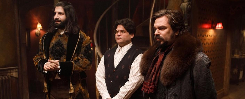 """Nandor (Kayvan Novak), Guillermo (Harvey Guillen) und Laszlo (Matt Berry) in """"What We Do in the Shadows"""" – Bild: FX"""