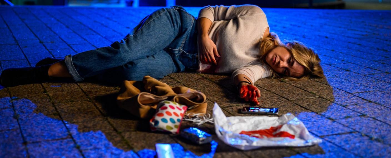 Wird Betty (Annina Hellenthal) den brutalen Überfall überleben? – Bild: ZDF/Willi Weber