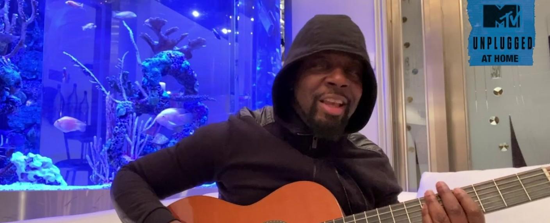 "Wyclef Jean spielt ""MTV Unplugged at Home"" – Bild: YouTube/Screenshot"
