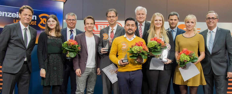 """""""XY""""-Moderator Rudi Cerne (l.) und die diesjährigen Preisträger: Jörg Neubauer (5.v.l.), Ugur Altun (6.v.r.) und Marie Deutsch (4.v.r.) – Bild: obs/ZDF"""