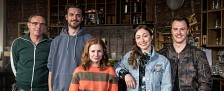 """""""Nix Festes"""": ZDFneo kündigt neue Sitcom an – Zweite Staffel von """"Blockbustaz"""" wird gedreht – Bild: ZDF/Christoph Assmann"""