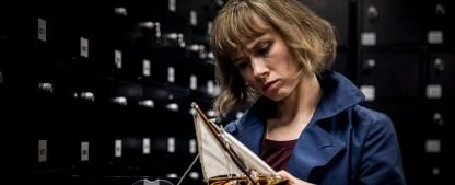 """""""Dunkelstadt"""": Ich hab' noch ein Soufflé im Ofen – Review – Heldin neuer ZDFneo-Noir-Krimiserie wartet mit trockenem Humor auf – Bild: ZDF/Sofie Silberman"""