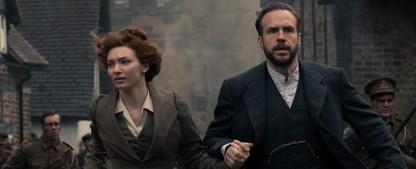 """""""War Of The Worlds"""": Eleanor Tomlinson, Rafe Spall und Robert Carlyle mit Hauptrollen – BBC macht H.G.-Wells-Klassiker zum Dreiteiler – Bild: BBC"""