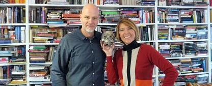 """""""Böttingers Bücher"""": WDR-Moderatorin besucht Schätzing, Raabe, Hohlbein und Co. – Neues Format startet im Sommer – Bild: WDR/Encanto"""