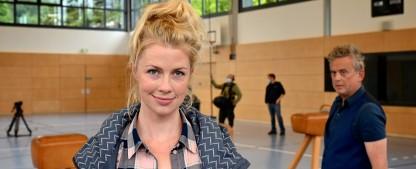 """[UPDATE] """"Lehrerin auf Entzug"""": Neue ZDFneo-Comedy mit Christine Eixenberger – Grundschullehrerin soll nach Schulöffnung weiter Homeschooling betreiben – Bild: ZDF/Bernd Schuller"""