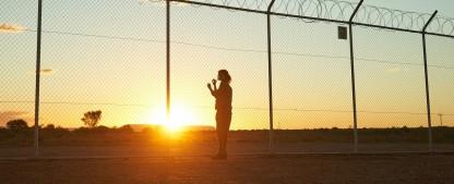 """""""Stateless"""": Miniserie mit Yvonne Strahovski überzeugt mit starken Schauspielern und klarer Haltung – Review – Netflix-Serie über die Mühlen nicht nur des australischen Asylsystems – Bild: Ben King/Netflix"""