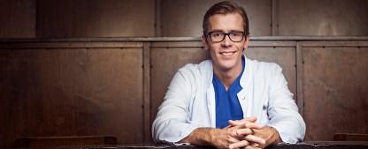 """""""Dr. Wimmers Medizin-Quiz"""": Arzt erhält eigene Show im NDR – Unterhaltsame Wissensvermittlung ab September – Bild: NDR/MIJOH"""