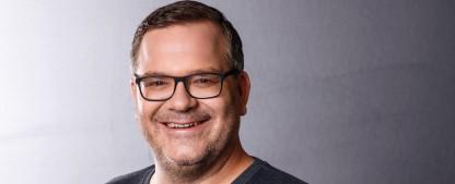 """""""Einfach super!"""": Elton entert mit neuer Kinder-Quizshow die ZDF-Primetime – Neues Format läuft zuvor auch im KiKA – Bild: ZDF/Willi Weber"""