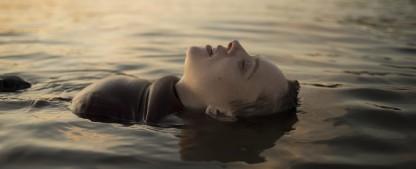 """""""Unorthodox"""": Wie gut ist die deutsch-amerikanische Netflix-Miniserie? – Review – Strenggläubige Jüdin sucht sich selbst zwischen Brooklyner Gemeinde und Berliner Musikerszene – Bild: Anika Molnar/Netflix"""