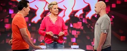 """TV-Kritik: """"familien duell"""" – Vom Bauernhof ins Gameshow-Studio – Inka macht den Werner bei RTLplus – Bild: RTLplus/Willi Weber"""