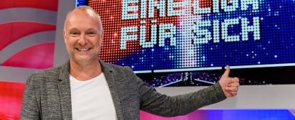 """""""Eine Liga für sich"""": Sky dreht neue Staffel von """"Buschis Sechserkette"""" – Fabian Köster verstärkt Comedy-Panelshow – Bild: Sky Deutschland/Willi Weber"""