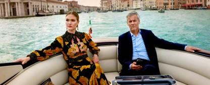 """""""Riviera"""": Dritte Staffel noch im Oktober beim britischen Sky – Rupert Graves an der Seite von Julia Stiles – Bild: Sky UK"""