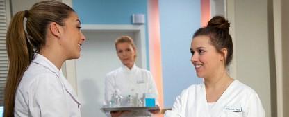 """""""In aller Freundschaft"""": Sarah Tkotsch als Krankenschwester Julia – Neuzugang bei der ARD-Dienstagssserie – Bild: MDR/Saxonia/Wernicke"""