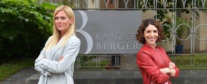 """""""Kanzlei Berger"""": ZDF kündigt neue Familienserie an – Anwaltskanzlei mit Eva-Maria Reichert und Nele Kiper eröffnet – Bild: ZDF/Hannes Magerstaedt"""