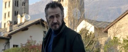 """""""Der Kommissar und die Alpen"""": Zweite Staffel des Italo-Krimis demnächst im Ersten – Serienadaption der Romanreihe """"Rocco Schiavone"""" – Bild: FOX"""