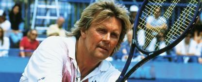 """Howard Carpendale als alternder Tennis-Star: RTLplus holt """"Matchball"""" aus dem Archiv – 1990er-Serie wird nach mehr als zwölf Jahren wiederholt – Bild: TVNOW"""