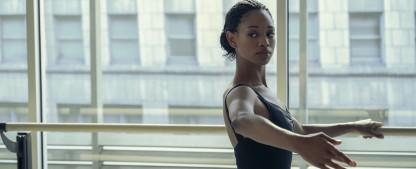 """""""Dein letztes Solo"""": Im Netflix-Ballettkrimi sind die Dialoge noch flacher als die Bäuche der Stars – Review – Mäßig mitreißender Mystery-Mumpitz sorgt nur in Tanzszenen für echten Glanz – Bild: Netflix"""