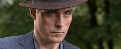 """""""Das fahle Pferd"""": Rufus Sewell in nächster Agatha-Christie-Adaption – Potentielles Mordopfer auf der Spur einer Mordliste – Bild: Prime Video"""