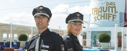 """""""Notruf Hafenkante"""": Einsatz beim """"Traumschiff"""" – Seriencrossover zum Auftakt der achten Staffel – Bild: ZDF/Boris Laewen"""