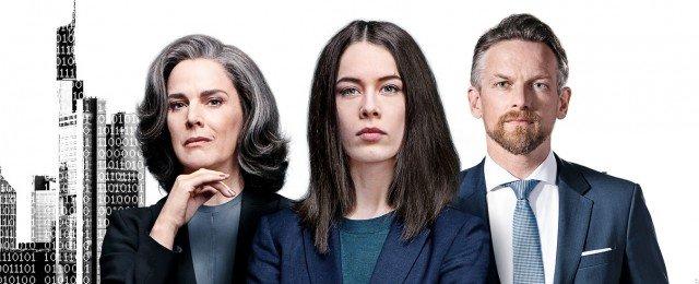 "Christelle Leblanc (Désirée Nosbusch), Jana Liekam (Paula Beer), Gabriel Fenger (Barry Atsma) in ""Bad Banks"" – Bild: Fabrizio Maltese/KNSK"
