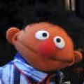 Ernie als Obdachloser und Sponge-Bob mit Sprengstoffgürtel – Berliner Ausstellung verschandelt Helden des Kinderfernsehens – © NDR/Uwe Ernst