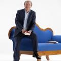 """""""Das blaue Sofa"""": ZDF startet neues Literaturmagazin – Wolfgang Heres moderiert den """"Vorleser""""-Nachfolger – © ZDF/Jule Roehr"""
