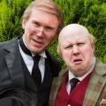 """Matt Lucas dreht neue BBC-Comedy """"Pompidou"""" – Alternder Aristokrat mit Butler im Wohnwagen – © BBC"""