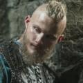 """Alexander Ludwig (""""Vikings"""") neben Stephen Amell in Wrestler-Drama – Brüder streiten in """"Heels"""" um das Erbe des Vaters – Bild: History"""