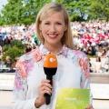 """Andrea Kiewel moderiert """"Die große Drei-Länder-Show"""" – Neue Show auf """"Fernsehgarten""""-Sendeplatz – Bild: ZDF/Sascha Baumann"""