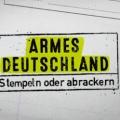 """Quoten: RTL II trumpft mit """"Armes Deutschland"""" auf, Rütters """"Hundejahr"""" enttäuscht – """"Wer wird Millionär?""""-Weihnachtsspecial stark, Sat.1-Serienmontag schwach – © RTL II"""