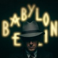 """Quoten: """"Babylon Berlin"""" mit erhofftem Spitzenstart in """"Tatort""""-Sphären – RTL im Spielfilmduell knapp vor Sat.1, Steffen Henssler hilft """"Grill den Profi – Sommer-Special"""" – Bild: X Filme"""