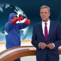"""""""heute journal"""": Schutzanzug-Mann hinter Claus Kleber sorgt für Aufsehen – Eine Kunstaktion und ihre Auflösung bei """"aspekte"""" – © ZDF/Screenshot"""