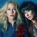 """""""Dead to Me"""": Freundschaft und Panik gehen im Trailer zur zweiten Staffel weiter – Comedy mit Christina Applegate und Linda Cardellini kehrt im Mai zurück – Bild: Netflix"""