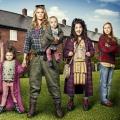 """US-Piloten: ABC mit """"Raised By Wolves""""-Remake, CBS reist durch die Zeit – NBC kramt Jugenderinnerungen hervor – Bild: Channel 4"""